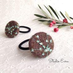 ココアブラウンの羊毛フエルトに、アヴリルの糸を巻きつけてアクセントに。キレイなミントグリーンの糸にちらりと見せるゴールドの糸が大人っぽい。特別なお出かけの日のワンポイントとしてもおすすめです。 Covered Buttons, Hair Pins, Washer Necklace, Diy And Crafts, Hair Accessories, Stud Earrings, Handmade, Jewelry, Bobby Pins