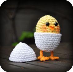 Chicken in Egg on Legs Free Crochet Pattern (in English) on Grietjekarwietje at http://grietjekarwietje.blogspot.com/2012/04/haakpatroon-kuikentje-in-ei-op-pootjes.html