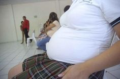 De los 217 municipios en el estado Puebla, siete han sido clasificados por el Sector Salud como las demarcaciones que llegan a registrar más casos de adolescentes embarazadas.  En un promedio de 10 feminas que quedan embarazadas al año, dos no alcanzan la madurez, es decir, son jovencitas con edades promedio entre 10 y 19 años, informó Omar Salazar Cruz, responsable del programa de Salud Sexual y Reproductiva de la Secretaría estatal de Salud.  Por el número de población, Puebla capital se…
