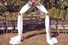 Amerikai székek a szertartáshoz, előtt boldogságkapu textillel és virágokkal