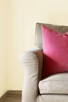 En forsiktig, myk og nøytral farge. Fargen er transparent og elegant. #hvit#soft#transparent#elegant#white#nøytral#sofa#rosa#puter#myk#stue#livingroom#kjøkken#kitchen#soverom#bedroom#gang#hall#inspirasjon#inspiration#maling#painting#farge#fargekart#Fargerike Throw Pillows, Bed, Home, Toss Pillows, Cushions, Stream Bed, Ad Home, Decorative Pillows, Homes