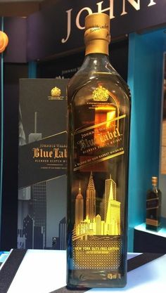 Johnnie Walker Blue Label New York Scotch Whiskey, Bourbon Whiskey, Whisky Jack, Johnny Walker Blue Label, Whiskey Brands, Single Malt Whisky, Wine And Spirits, Bottle Design, Whiskey Bottle