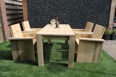 Deze set bestaat uit 4 dichte stoelen en een tafel van 180 cm. De steigerhouten tuinset is geschikt voor zowel binnen als buiten.