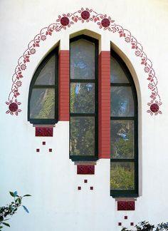 Linda... vários degraus... imagino crianças, de diferentes tamanhos , curiosas , olhando por trás dos vidros...