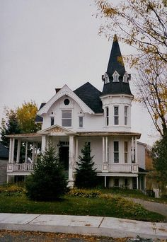 Classic Home Decor Themes That Are Always In Style Victorian House Plans, Victorian Cottage, Gothic House, Victorian Homes, Victorian Decor, Victorian Era, Style At Home, Victorian Architecture, Architecture Details