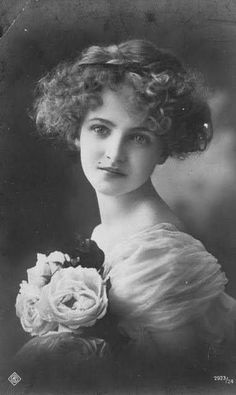 Vintage Postcards Show How Different Women's Beauty Standards Were 100 Years Ago 1914 vintage portrait of a womens beauty Images Vintage, Vintage Pictures, Old Pictures, Vintage Postcards, Old Photos, Vintage Photos Women, Antique Photos, Vintage Photographs, Poses References