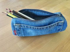 Small sewing instructions for a quick sewed pencil case. Or does that mean pencil case for you? No matter. It is definitely a quick sewing success. Pencil Case Tutorial, Diy Pencil Case, Pencil Cases, Sewing Tutorials, Sewing Projects, Sewing Tips, Jean Diy, Artisanats Denim, Costura Diy