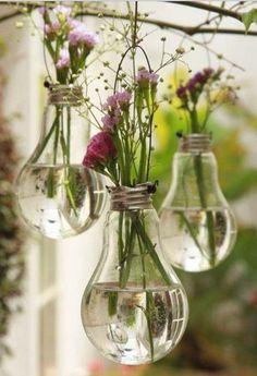 Les ofrecemos algunas ideas para reutilizar las bombillas, y así aprovecharlas en caso de que se quemen, dándoles un nuevo uso.   En las imágenes verán el proceso de convertir...