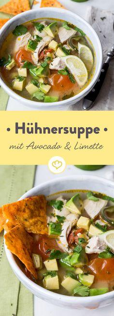 In diese Hühnersuppe kommen noch Avocado und Limette. Dadurch schmeckt sie nicht nur richtig gut, sondern bekommt einen ganz besonderen Frischekick!