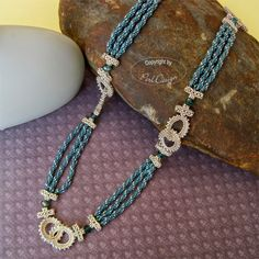 'Rings and ropes' in an alternate color choise. The necklace is simple and fast to bead, but there are a lot of threads which must be cleane...
