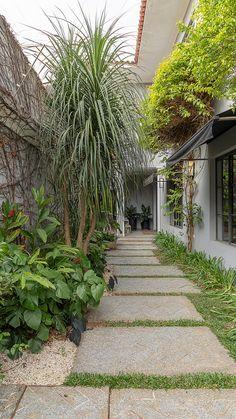 backyard landscaping ideas on a budget 2020 7 Rose Garden Design, Tropical Garden Design, Small Garden Design, Back Gardens, Outdoor Gardens, Art Vert, Small Backyard Landscaping, Landscaping Ideas, Minimalist Garden