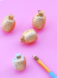 DIY \ Gilded Concrete Pineapple Pushpins or Magnets Home Crafts, Fun Crafts, Diy And Crafts, Small Paint Brushes, Fruit Party, Color Crafts, Types Of Craft, Clever Diy, Diy Tutorial
