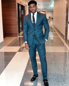 Your style should match your ambition. Black Suit Men, Men In Black, Men's Suits, Business Casual Attire For Men, Business Outfits, Terno Slim, Burgundy Suit, Classy Suits, African Men Fashion