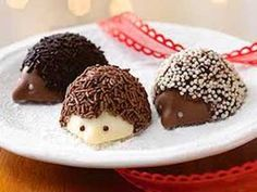 These are soooo a new fall tradition in our house! Adorable hedgehogs in rich, Belgian milk and white chocolate are topped with milk and dark chocolate sprinkles. All are filled with a luscious hazelnut praline. Köstliche Desserts, Delicious Desserts, Dessert Recipes, Yummy Food, Healthy Food, Candy Recipes, Gourmet Recipes, Hedgehog Cake, Hedgehog Cookies