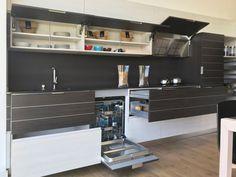 Composicion de cocina en color madera y blanco con puertas abiertas e interiores a la vista Kitchen In, Modern Closet, Closets, Doors, Studio, Kitchens, Wood, Interiors, Home