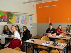 """Na przełomie listopada i grudnia na języku polskim zaczęliśmy omawiać lekturę Williama Szekspira """"Hamlet"""". Lecz moja klasa wraz ze mną zdziwiliśmy się, gdy nasza polonista Pani Klaudia Kowal powiedziała, że tą lekturę będziemy omawiać w formie wykonania prezentacji multimedialnej w grupach. Moi koledzy i koleżanki bardzo ucieszyli się z tego pomysłu. Podzieliliśmy się na 4 grupy a Pani wyznaczyła termin oddania prac. Tytuł prezentacji brzmiał: """"Człowiek..- Korona stworzenia"""". Temat wydawał…"""