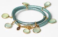 Armband aus Nappaleder mit Chalcedonen und vergoldetem Sterlingsilber. FS2015