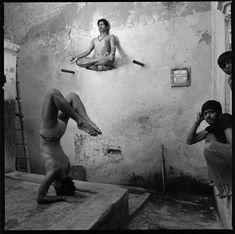 "Fotostrecke - Bild 7 - Yoga-Buch ""On Yoga"" von Michael O'Neill: Hals über Kopf Yoga Pictures, Yoga Photos, Weird Pictures, Photo Yoga, Yoga History, Yoga Style, Mahavatar Babaji, Mont Fuji, Shiva"