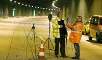 Mitarbeiter von Straßen NRW bei Test im Universitätstunnel auf der A46.