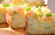 Cuketová bašta za pár kaček | 400 gcuketa 100 gtvrdý sýr 2 ksvejce 100 gzakysaná smetana 1/2 lžičkyjedlá soda 150 ghladká mouka svazekjarní cibulka 1/2 lžičkysůl pepř podle chuti Cuketu omyjeme a očistíme. Nastrouháme na hrubším struhadle. Cibulku a sýr nakrájíme na drobno a vše spolu promícháme. Rozšleháme vajíčka, přidáme zakysanou smetanu, osolíme a opepříme podle chuti, přidáme jedlou sodu a nakonec i mouku. Pak přidáme nastrouhanú cuketu, cibulku a sýr, nalijeme do formy, pečeme