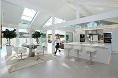 DAVINCI HAUS | Bungalow Ostwestfalen | Esszimmer und Küche | Finden sie mehr Informationen zu diesem Kundenhaus auf https://www.davinci-haus.de/kundenhaus/ostwestfalen/ #traumhaus #fertighaus #davincihaus