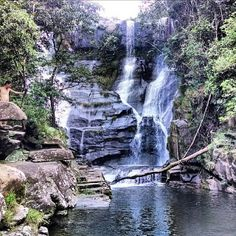 O município de Guapé fica localizado no Sul de Minas e é banhado pelo Lago de Furnas. Na imagem uma das cachoeiras do Parque Ecológico do Paredão. Visite! Foto: @phaelmoraess