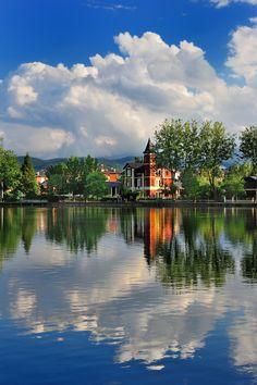 #Puigcerdà Lake -Gerona,  Catalonia  Es un lago artificial de 2,28 Ha. construido en 1310 para recoger las aguas del Querol con fines agrícolas. Está rodeado por el parque Schierbeck, con césped, árboles, arbustos y rincones para reposar y pasear, por lo que le confiere un aire romántico.