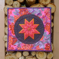 photo from Cabbage Quilts  http://www.modabakeshop.com/2011/09/fancy-folded-star-pot-holder.html
