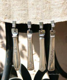 Oude messen gebruikt als tafelkleedhangers