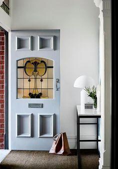 Yellow Front Doors, Front Door Colors, Blue Doors, Halls Pequenos, Brown Family Rooms, Design Entrée, Design Ideas, Door Design, Modern Design