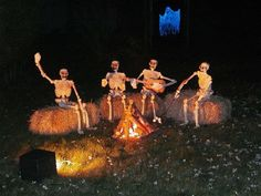 Spooky Halloween camping anyone? Check out these haunted campground theme ideas. Creepy and silly ones. Halloween Prop, Humour Halloween, Halloween Yard Displays, Halloween Outside, Hallowen Costume, Holidays Halloween, Halloween Yard Ideas, Halloween Skeleton Decorations, Halloween Forum