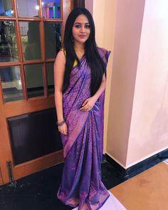 Sonam Kapoor, Sari Design, Indian Silk Sarees, Indian Beauty Saree, Saree Blouse Patterns, Saree Blouse Designs, Saree Hairstyles, Easy Hairstyles, Simple Hairstyle For Saree