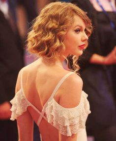 Taylor-Swift-Curly-Bob.jpg (500×612)