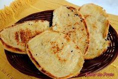 É tão fácil como parece, mesmo. É só pegar o pão, passar toda a manteiga que quiser e tostar na frigideira, pressionando com uma espátula para achatar. Você pode ir testando a quantidade de manteiga e o tempo no fogo até obter seu pão na chapa perfeito, ideal e maravilhoso. Veja uma receita aqui. Tostadas, Pancakes, French Toast, Breakfast, Ethnic Recipes, Café Bar, Pizza, Fitness, Pull Apart Cheese Bread