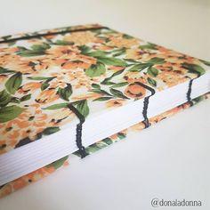 "(@donaladonna) no Instagram: ""detalhes: floral laranja combinando com a costura preta :) . #encadernacaoartesanal…"""