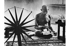 Margaret Bourke-White Gandhi , India 1948 This photo was taken just a few hours before Gandhi was assassinated. It shows Gandhi next to his spinning wheel, which he used to make hand-woven cloth. Famous Photos, Iconic Photos, Photos Du, Henri Cartier Bresson, Documentary Photographers, Female Photographers, Mahatma Gandhi, Gandhi Life, Classic Photography