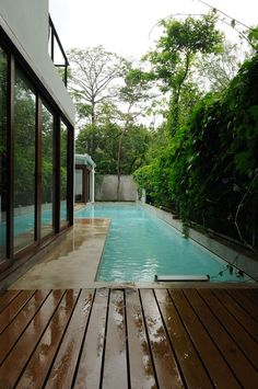 Many people think that building a swimming pool will require large land and spend a lot of budget. Although actually swimming pool has a very pleasant Swimming Pool Decks, Swimming Pool Designs, Lap Pools, Lap Swimming, Langer Pool, Ideas De Piscina, Poolside Furniture, Kleiner Pool Design, Piscina Interior