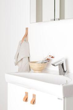 Handdukshållare i Läder natur. Passar lika bra till badrummet som till övriga huset. | Ballingslöv