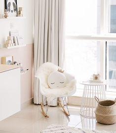 @houseofhawkes. Nursery decor | kids rooms decor | www.ivycabin.com ravissante chambre de filles à l'ambiance poétique et douce, du blanc, du rose poudré!