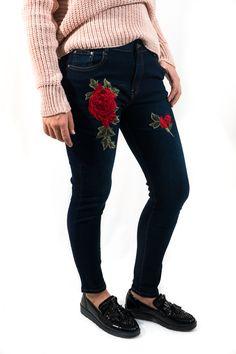 Skynny jeans parcheado con flores rojas. Sientan estupendamente y combina con todo.