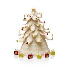 Noël 2013 - Bûche-sapin - Claude Ducrozet - Hôtel Fouquet's Barrière. Mousse chocolat Alpaco, biscuit léger à la noisette, croustillant de noix de pécan, crème légère vanille et crémeux gianduja. Elle est accompagnée de chocolats présentés sous forme de cadeaux. 68€ pour 6 à 8 personnes. Edition limitée.