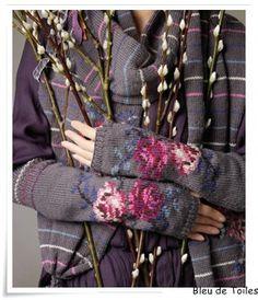 Pattern 'Tamara' Gloves Rowan Knitting and Crochet magazine 48 Rowan Knitting, Rowan Yarn, Knit Mittens, Knitted Gloves, Fingerless Gloves, Laine Rowan, Knitting Projects, Knitting Patterns, Intarsia Patterns