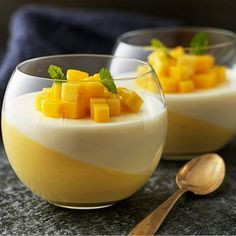 Pannacotta är en riktigt publikfriare när det kommer till desserter. Att den italienska gräddpuddingen är lätt att variera gör inte saken sämre. Mixa i lite mango och låt stelna i lutande glas. Fyll upp med en limesyrlig yoghurtpannacotta för extra snygg effekt.
