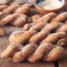 Espiral de chuva: massa de bolinho em formato espiral ❤️. Misture 3 ovos, 2 col. de sopa de óleo, 3 col. sopa de vinagre, 1 xíc. de chá de açúcar, 1 col. sopa de fermento químico e farinha de trigo até dar o ponto de enrolar (aproximadamente 3 1/2 xícaras). Abra cordões com aproximadamente 30 cm de comprimento e trance juntando as pontas. Frite em óleo quente, escorra e passe no açúcar com canela. Rende 30 unidades. Idéia inspirada em uma foto postada por @williamssonoma ••• Inspired by…