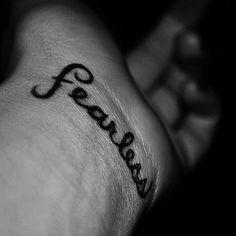 """Pequeño tatuaje en la muñeca que dice """"fearless""""(sin miedo)."""