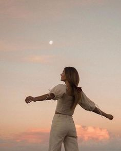 Image may contain 1 person standing sky twilight ocean child outdoor and nature - Summer Aesthetic, Aesthetic Photo, Aesthetic Pictures, Beige Aesthetic, Aesthetic Fashion, Aesthetic Girl, Shotting Photo, Photographie Portrait Inspiration, Instagram Pose