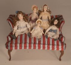 miniaturas de Almudena González en el sofa