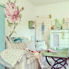 Shabby roses cottage table avec cabaret en panier bonne id e - Decoraciones para el hogar ...