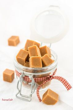 Caramel toffees - homemade a great gift from the kitchen . - Caramel toffees – homemade a great gift from the kitchen Soft toffees, li - Crockpot Recipes, Keto Recipes, Cake Recipes, Snack Recipes, Dessert Recipes, Keto Snacks, Caramel Bonbons, Caramel Mou, Food Cakes