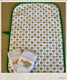 DIY Change Mat Baby Changing Pad, Changing Mat, Sewing Projects, Projects To Try, Baby Sewing, Baby Accessories, Baby Quilts, Baby Shower Gifts, Change